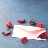 Ρόδινος φάκελος για τη ρομαντική επιστολή αγάπης Στοκ φωτογραφία με δικαίωμα ελεύθερης χρήσης