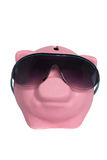 Ρόδινος χοίρος moneybox που φορά τα γυαλιά ηλίου σε ένα άσπρο υπόβαθρο Στοκ εικόνα με δικαίωμα ελεύθερης χρήσης