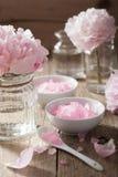 Ρόδινο άλας λουλουδιών peony για τη SPA και aromatherapy Στοκ εικόνα με δικαίωμα ελεύθερης χρήσης