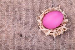 Ρόδινο αυγό burlap στο υπόβαθρο Στοκ φωτογραφία με δικαίωμα ελεύθερης χρήσης
