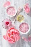 Ρόδινο αλατισμένο peony ουσιαστικό πετρέλαιο λουλουδιών για τη SPA και aromatherapy Στοκ εικόνες με δικαίωμα ελεύθερης χρήσης