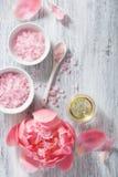Ρόδινο αλατισμένο peony ουσιαστικό πετρέλαιο λουλουδιών για τη SPA και aromatherapy Στοκ Φωτογραφίες