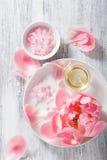 Ρόδινο αλατισμένο peony ουσιαστικό πετρέλαιο λουλουδιών για τη SPA και aromatherapy Στοκ Εικόνες