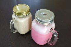 Ρόδινο γάλα στην κούπα γυαλιού Στοκ εικόνες με δικαίωμα ελεύθερης χρήσης