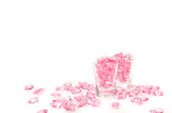 ρόδινο γυαλί καρδιών στο άσπρο υπόβαθρο στοκ εικόνες