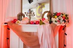Ρόδινο εσωτερικό με τον καθρέφτη και τα λουλούδια Στοκ εικόνες με δικαίωμα ελεύθερης χρήσης