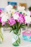 ρόδινο λευκό λουλουδ&io Στοκ φωτογραφία με δικαίωμα ελεύθερης χρήσης