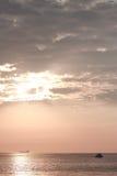 Ρόδινο ηλιοβασίλεμα στο Ρίο de Λα Plata κοντά σε Colonia del Στοκ εικόνα με δικαίωμα ελεύθερης χρήσης