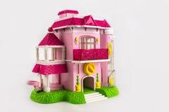 Ρόδινο διώροφο εξοχικό σπίτι παιχνιδιών με ένα μπαλκόνι και ένα μέρος Στοκ Εικόνες
