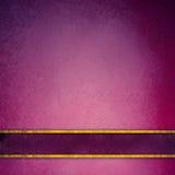 Ρόδινο και πορφυρό υπόβαθρο με τα κομψά χρυσά λωρίδες στην κενή ετικέτα Στοκ Φωτογραφία
