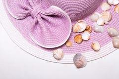 Ρόδινο καπέλο παραλιών με τα όμορφα κοχύλια Στοκ Φωτογραφίες