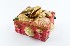 Ρόδινο κιβώτιο κοσμήματος με τα κοχύλια στοκ φωτογραφίες