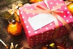 Ρόδινο κιβώτιο δώρων με την κενή κάρτα κάτω από το χριστουγεννιάτικο δέντρο Στοκ εικόνα με δικαίωμα ελεύθερης χρήσης