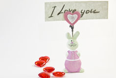 Ρόδινο κουνέλι ειδωλίων με μια σημείωση αγάπης Στοκ Φωτογραφία