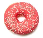 Ρόδινο, κόκκινο doughnut με τη ζάχαρη ψεκάζει Στοκ εικόνα με δικαίωμα ελεύθερης χρήσης