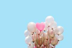 ρόδινο μπαλόνι καρδιών στο μπλε υπόβαθρο Στοκ Εικόνες