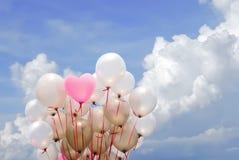 Ρόδινο μπαλόνι καρδιών στο νεφελώδη ουρανό Στοκ εικόνα με δικαίωμα ελεύθερης χρήσης