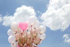 Ρόδινο μπαλόνι καρδιών στο νεφελώδη ουρανό Στοκ Εικόνα