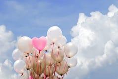 Ρόδινο μπαλόνι καρδιών στο νεφελώδη ουρανό Στοκ Φωτογραφίες