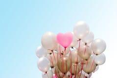 ρόδινο μπαλόνι καρδιών στο υπόβαθρο κλίσης Στοκ Φωτογραφία