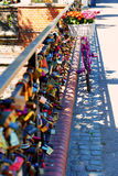 Ρόδινο ποδήλατο που στέκεται στη γέφυρα της αγάπης Στοκ φωτογραφία με δικαίωμα ελεύθερης χρήσης