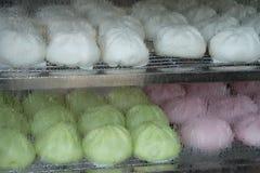 Ρόδινο πράσινο και άσπρο βρασμένο στον ατμό κουλούρι ουσίας στο καυτό εμπορευματοκιβώτιο ρευμάτων Στοκ Φωτογραφία