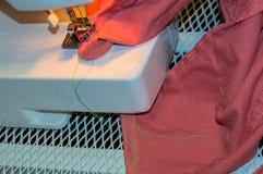 Ρόδινο ράψιμο τζιν Στοκ φωτογραφία με δικαίωμα ελεύθερης χρήσης