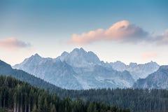 Ρόδινο σύννεφο πέρα από τα βουνά σε υψηλό Tatras Στοκ Εικόνες