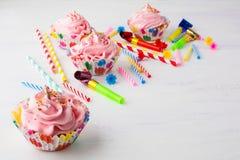 Ρόδινο υπόβαθρο γενεθλίων cupcakes και κεριών Στοκ Φωτογραφία