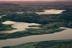 Ρόδινο φως του ήλιου ανατολής πέρα από λίμνες και πράσινη κοιλάδα βουνών Στοκ εικόνες με δικαίωμα ελεύθερης χρήσης