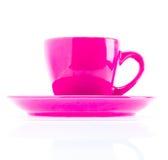 Ρόδινο φλυτζάνι χρώματος στο πιάτο Στοκ εικόνες με δικαίωμα ελεύθερης χρήσης