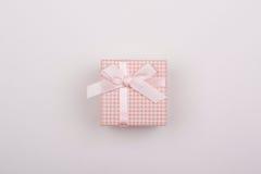 Ρόδινο δώρο με το τόξο σε ένα άσπρο υπόβαθρο Στοκ φωτογραφίες με δικαίωμα ελεύθερης χρήσης