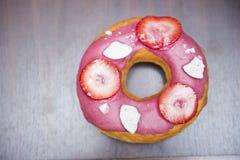 Ρόδινο doughnut με τη φράουλα κομματιού Στοκ Εικόνες