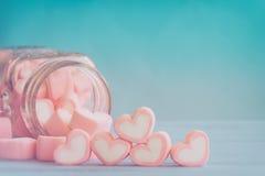 Ρόδινο marshmallow μορφής καρδιών για το θέμα και το βαλεντίνο αγάπης backgr Στοκ Εικόνα