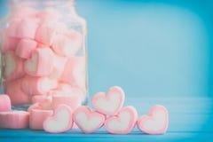 Ρόδινο marshmallow μορφής καρδιών για το θέμα και το βαλεντίνο αγάπης backgr Στοκ Εικόνες