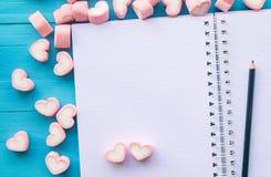 Ρόδινο marshmallow μορφής καρδιών για το θέμα και το βαλεντίνο αγάπης concep Στοκ Εικόνες