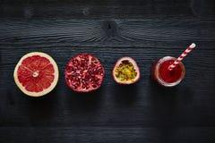 Ρόδι γκρέιπφρουτ και κόκκινο μίγμα καταφερτζήδων λωτού με το άχυρο Στοκ εικόνα με δικαίωμα ελεύθερης χρήσης