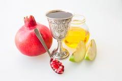 Ρόδι και μήλο μελιού φλυτζανιών Kiddush hashana Rosh Στοκ εικόνες με δικαίωμα ελεύθερης χρήσης