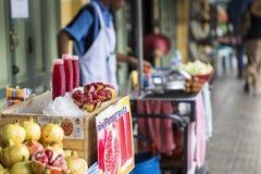Ρόδι οδών τροφίμων ακατέργαστο και χυμός ροδιών Στοκ Εικόνα