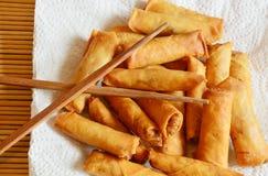 Ρόλοι άνοιξη - τηγανισμένοι ρόλοι άνοιξη με chopsticks Στοκ Εικόνες