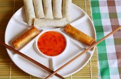Ρόλοι άνοιξη - τηγανισμένοι ρόλοι άνοιξη που εξυπηρετούνται με τη γλυκιά σάλτσα τσίλι Στοκ εικόνα με δικαίωμα ελεύθερης χρήσης