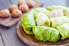 Ρόλοι λάχανων που γεμίζονται με το κρέας και grits που προετοιμάζονται για το μαγείρεμα στοκ εικόνα