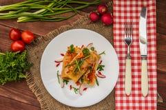 Ρόλοι λάχανων στη σάλτσα ντοματών λευκό πιάτων Ξύλινη ανασκόπηση Τοπ όψη Στοκ Εικόνες