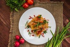 Ρόλοι λάχανων στη σάλτσα ντοματών λευκό πιάτων Ξύλινη ανασκόπηση Τοπ όψη Στοκ Φωτογραφία