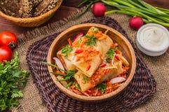 Ρόλοι λάχανων στη σάλτσα ντοματών σε ένα κύπελλο Ξύλινη ανασκόπηση Τοπ όψη Στοκ Εικόνες