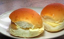 Ρόλοι ή κουλούρια ψωμιού φρέσκων τυριών. Στοκ Εικόνα