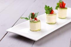 Ρόλοι αγγουριών στο άσπρο πιάτο Στοκ φωτογραφία με δικαίωμα ελεύθερης χρήσης