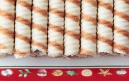 Ρόλοι βαφλών φυστικιών στο πιάτο Χριστουγέννων στοκ εικόνα με δικαίωμα ελεύθερης χρήσης