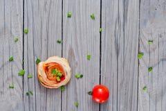 Ρόλοι ζύμης ριπών με το ζαμπόν και chese Ψημένα πρόχειρα φαγητά Στοκ Φωτογραφίες