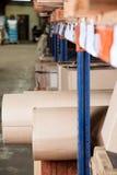 Ρόλοι και κιβώτια χαρτονιού που αποθηκεύονται στην αποθήκη εμπορευμάτων Στοκ Φωτογραφίες
